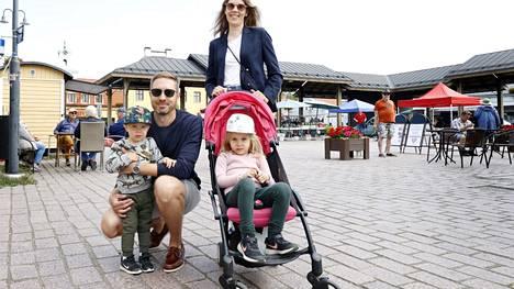 Joel, Vesa, Kristiina ja Linda Leppänen käyvät mielellään Espoosta lomailemassa Raumalla tapaamassa ystäviään ja kiertelemässä Vanhan Rauman kujia.