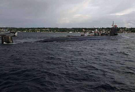 USS Connecticut -ydinsukellusvene vaurioitui vedenalaisessa törmäyksessä lauantaina. Kuvassa sukellusvene lähtee Washingtonin osavaltiossa sijaitsevasta tukikohdasta.