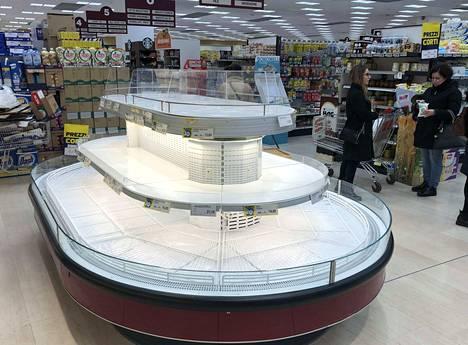 Supermarketin hyllyt ammottivat tyhjyyttään maanantaina Pioltellossa lähellä Milanoa. Italialaiset varautuvat nyt koronavirukseen leviämiseen ja sen mahdollisesti aiheuttamiin liikkumisrajoituksiin.