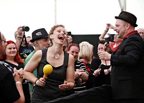 Trickbagin laulaja Tommy Moberg otti yleisöstä Hannan hetkeksi lyömään rytmiä.