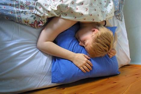 Kesällä unettomuus voi johtua esimerkiksi kuumuudesta ja valoisuudesta.