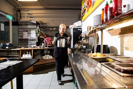 Katariina Lehtonen auttaa keittiötöissä.