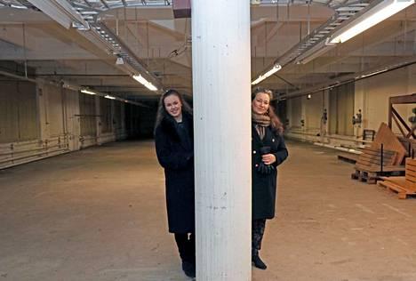 Walleniuksen Wapriikin yrittäjät Hannele Eerola-Jämsén, oikealla, ja Jasmin Jämsén, tulevassa konsertti- ja juhlasalissa.