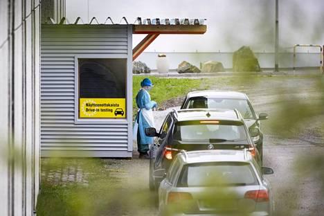 Autot jonottivat Raumalla koronatestipisteelle perjantaina. Tartuntatautilääkäri Irene Reinvall ennakoi, että Rauma saattaa olla siirtymässä kohti kiihtymisvaihetta.