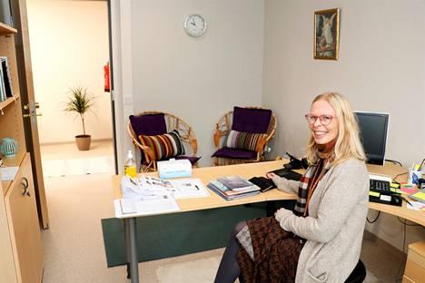 Diakoni Marja Boberg arvostaa sitä, että nyt diakoniatoimiston asiakkaiden on helppo pujahtaa muiden huomaamatta diakonien juttusille.