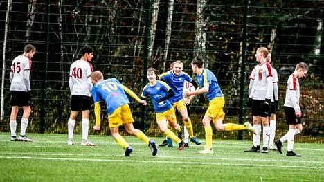 Kai Pahlman -turnauksessa pelattiin lauantaina sijoitusotteluita. Kuvassa maalia tuulettava OLS pelasi sijoista 13–16.
