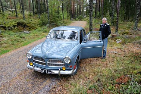 Risto Heljander ajoi Volvo Amazoninsa kuvattavaksi Merimaskun Kaksostenrantatielle, vuoden 1961 autolle sopivaan maisemaan.