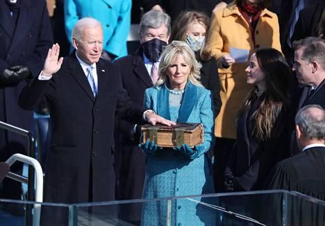 Joe Biden vannoi virkavalansa tänään ennen iltaseitsemää Suomen aikaa. Biden vannoi virkavalansa käsi 127-vuotiaalla Raamatulla, joka on kulkenut Bidenin suvussa. Viereillä seisoi Jill-puoliso.