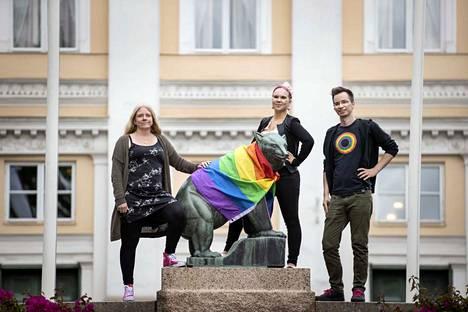 Tiina Koivuniemi (vas.), Noora Kinnunen ja Lari Kontula ovat osa Pori Pride -työryhmää, joka vastaa tapahtuman järjestämisestä Poriin.