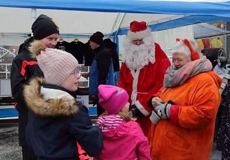 Kaksi vuotta sitten Sastamalan joulunavauksessa lapset pääsivät joulupukin juttusille.