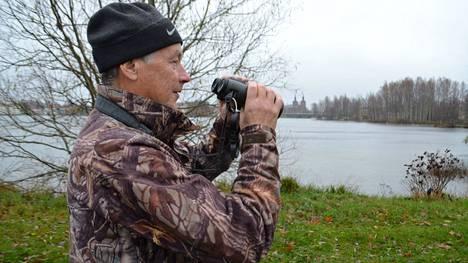 Joskus sää rajoittaa Kalle Lindemanin lintuharrastusta, mutta esimerkiksi vesisade ei ole ollenkaan huono asia lintuharrastuksessa.