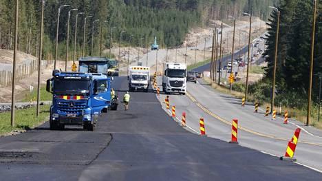 Uusia ohituskaistoja on jo päällystetty valtatie 9:llä. Nykyisen valtatien liikenne soljuu kuvan oikeassa reunassa.