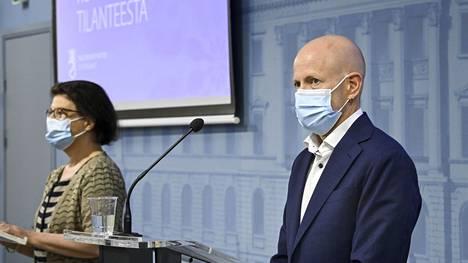 Sosiaali- ja terveysministeriön strategiajohtaja Liisa-Maria Voipio-Pulkki ja Terveyden ja hyvinvoinnin laitoksen ylilääkäri Otto Helve osallistuivat tilannekatsaukseen myös 2. syyskuuta 2021.