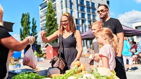 Nokian kesäkohteisiin on helppo ja nopea tulla esimerkiksi junalla Tampereelta. Nähtävää ja koettavaa löytyy koko perheelle, eivätkä välimatkatkaan kohteesta toiselle ole kaupungin keskustassa pitkiä.