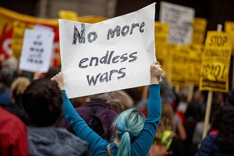 Yhdysvallat teki tammikuun alussa ilmaiskun Bagdadin kansainväliselle lentoasemalle Irakiin. Iskussa kuoli vaikutusvaltainen irakilaiskenraali Qassim Suleimani sekä seitsemän muuta ihmistä. Isku kiristi Yhdysvaltojen ja Iranin välejä entisestään ja sai aikaan runsaslukuisia mielenosoituksia muun muassa Washingtonissa ja Teheranissa.