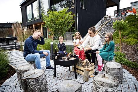 Lauri, Alvar, Minea, Elina ja Silva Kriston lisäksi nuotiopiirille mahtuu monta muutakin paistajaa. Nuotiopaikka toimii koko perheen oivallisena lähiretkipaikkana myös talvella.