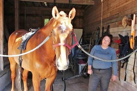 Virpi Nurminen on työskennellyt hevosten kanssa jo ala-asteikäisenä. Veli Pollea on käynyt raveissa puolitoista vuotta.