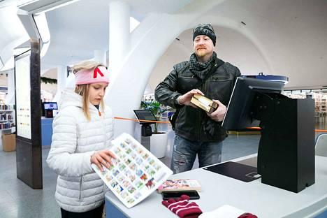 Ville Höök ja Vilma Höök Epilästä saivat vihdoin uusia kirjoja lainaksi. Ville Höök sai lukemaansa fantasiakirjasarjaan jatkoa ja Vilma Höök mangaa.