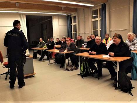 Harjoitus suunniteltiin ja toteutettiin yhdessä poliisiviranomaisen kanssa. Ylikonstaapeli Jyrki Granholm antamassa tilanneselostusta.