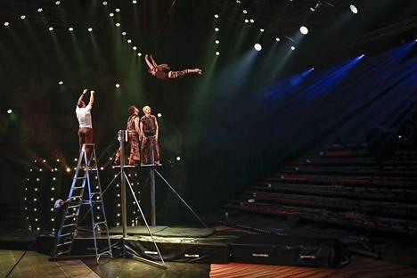 Korean swingissä kaksi henkilöä heittää kolmatta ilmaan ylhäällä telineen päällä. Ihmisiä voidaan myös heitellä telineeltä toiselle ristiin. Sampo Suihkonen ja Aukusti Jokinen heittävät Iitu Kivimäkeä.