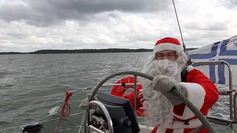 Partiolippukunta Jokikylän Pojat rahoittaa joulupukkipalvelusta saatavilla tuotoilla muun muassa purjeveneensä ylläpitoa.