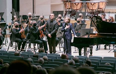 Orkesterin edessä seisovat trumpetisti Alessandro Chiavetta (vas.) ja pianisti Dmitry Masleev saivat yleisön omakseen Sostakovitsin  pianokonserton esityksessä.