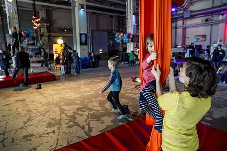 Neljävuotias Saimi Haverinen Tampereen Kalevasta oli tullut viettämään kulttuuripäivää Hiedanrantaan. Höpinätötterö-orkesteri kiinnosti Saimia erityisesti. Maarit Utriainen sirkus Faktorista kietoi Saimin ilma-akrobatiakankaan sisään.