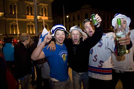 Suomi voitti jääkiekon maailmamestaruuden 2011 ja Suomi meni ihan sekaisin.Kultatunnelmia Tampereen Keskustorilla 15.-16.5. välisenä yönä