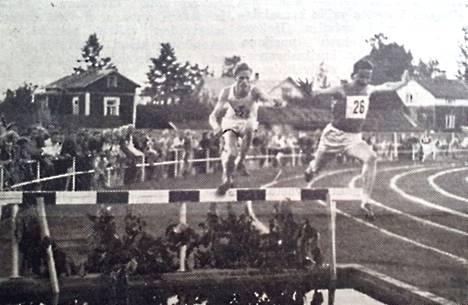 Vuonna 1951 lehdissä oli vähän kuvia. Urheilukentän avajaisissa kuvaaja kuitenkin kävi. Kuvateksti kuului: Estejuoksun alkuvaiheista. Vielä hivenen johdossa oleva Ukkonen sekä yllätysmies Rinteenpää vesihaudalla.