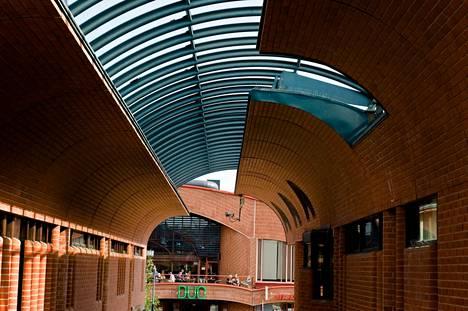 Punatiilinen Hervannan vapaa-aikakeskus käsittää neljä arkkitehtien Raili ja Reima Pietilän suunnittelemaa rakennusta, joista kolme on osin toisissaan kiinni keskikäytävää suojaavalla katoksella tai ulkoportaikolla.