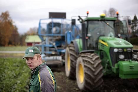 Sokerijuurikkaan nosto työllistää Otso Heikolaa vielä lokakuun ajan. Juurikassato vaihtelee tänä vuonna paljon, mutta Heikolan pelloilla sadosta on tulossa melko tavanomainen. Tilalla on yhdistelmäsikala, ja pelloilla kasvaa juurikkaan lisäksi viljaa ja tärkkelysperunaa.
