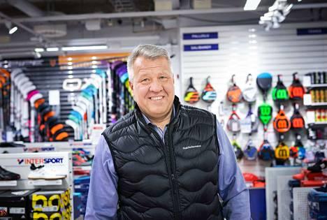 Koskikeskuksen Intersportin kauppias Risto Niklas-Salminen toivoo, että ihmiset tietävät liikkeiden aukiolosta. Hän muistuttaa, että moni myymälä on edelleen avoinna Tampereella.