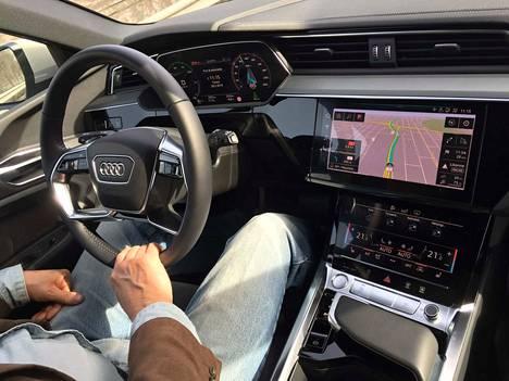 Audi ei ole sortunut sci-fiin, vaan tutut audimaisuudet säilytettiin. Niinpä ennenkin Audilla ajaneen on helppo kotiutua kuljettajan paikalle. Ohjaamossa on yllättävän hiljaista jopa Suomen kevätkarkeilla teillä.