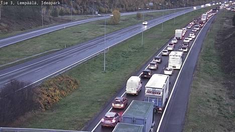 Tampereelle kulkevat kaistat ruuhkautuivat pahasti 3-tiellä Lempäälässä Ideaparkin kohdalla perjantaina 8. lokakuuta. Kuva on otettu kello 7.39 aikaan.