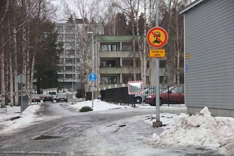 1. Jäljistä päätellen moni auto on mennyt jalkakäytävä/pyörätietä pitkin, vaikka se on selvästi kielletty.