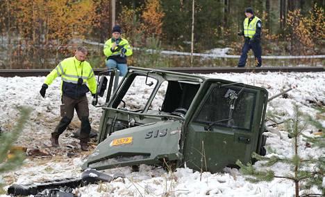 Armeijan maastokuorma-auto lensi törmäyksessä kymmenien metrien päähän risteyksestä.