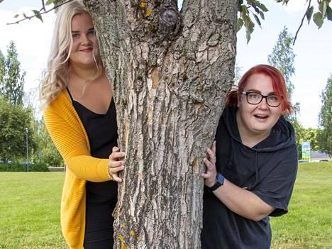 Anni Koskiniemi (vasemmalla) ja Mikaela Tervonen nähdään Kirjurinluodon kesäteatterin lavalla heinä- elokuussa Koffeli ja Pöffeli Porin pirun jäljillä -musiikkiteatterillisessa näytelmässä.