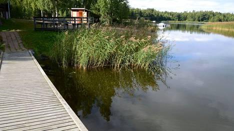 Suolistoperäiset bakteerit ovat useana kesänä pilanneet Lillonkarin rannan uimakelvottomaksi. Tilanne on korjautunut ja ympäristöviranomaiset kumosivat uimakiellon maanantaina 30.8.
