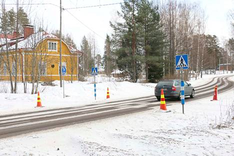 Sinervän koululaiset alkoivat viime talven mittaan käydä Poukamassa syömässä. Kirjoittaja ehdottaa ratkaisua kulkemisen turvallisuuden lisäämiseksi.
