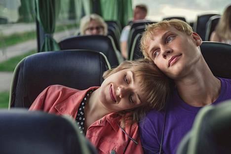 Aikuisten pääpari ei ole pariskunta vaan ystävykset. Oona (Anna Airola) ja Arttu (Elias Salonen) jakavat yhdessä monet kimurantit tilanteet.