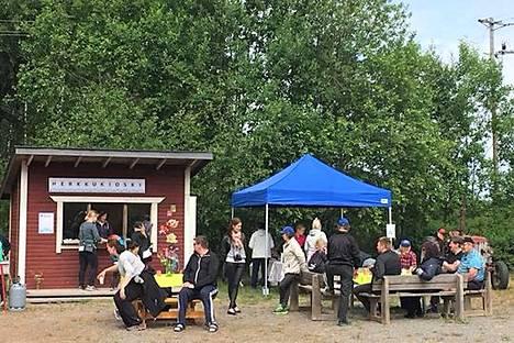 Emilian ja Eemelin kesäkioski on kesäisin auki sunnuntaina. Hiirijärven koululla toimiva kioski on kyläläisten suosittu kohtaamispaikka.