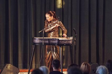 Ida Elinan omintakeisen tyylin ja popcovereiden on sanottu mullistaneen kantelemusiikin.