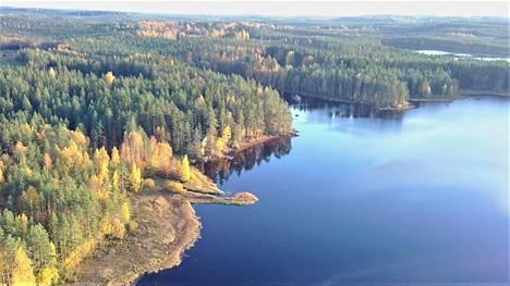 Viime syksynä Kömijärvellä Pihlajavedellä näytti tältä. Siinä on Keuruun keskeisiä elementtejä suota, kesämökki, vettä ja metsää, kiteyttää kirjoittaja.