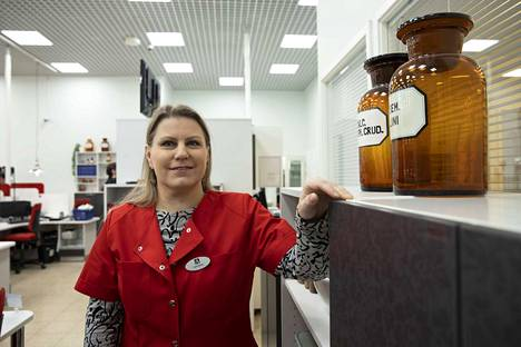 Koskenmäen apteekin uuden apteekkarin Nina Ronimuksen ensimmäiset työviikot ovat kuluneet talon tapojen opettelussa. Jatkossa häntä näkyy enemmän myös asiakastyössä.