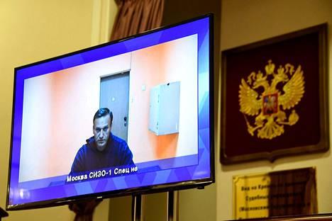 Oppositiovaikuttaja Aleksei Navalnyi on jälleen oikeuden edessä Moskovassa. Aiemmin tällä viikolla hänet tuomittiin runsaaksi kahdeksi ja puoleksi vuodeksi vankilaan ehdollisen tuomionsa ehtojen rikkomisesta.