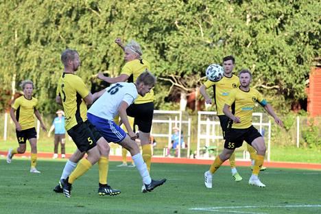 Arttu Raatikainen pääsi yrittämään maalia NoPSia vastaan hyvältä paikalta, mutta pusku suuntautui niukasti ohi.