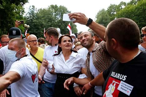 Opposition presidenttiehdokas Svjatlana Tsihanouskaja poseerasi viime viikolla kannattajiensa keskellä Baranovitšin kaupungissa Valko-Venäjällä.