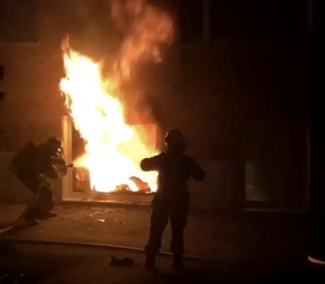 Palon syttyessä huoneistossa oli paikalla yksi ihminen. Huoneisto tuhoutui rajussa palossa täysin.