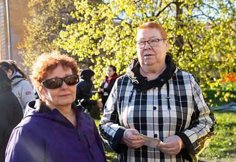 Asukkaista huolehtimassa oli pelastuslaitoksen henkilökunnan lisäksi SPR:n ja sosiaalipäivystyksen väkeä. Odottelun jälkeen asukkaita kuljetettiin busseilla yöpymään Yyteriin. Naapurukset Pirjo Hill ja Sirkka-Liisa Piirinen odottelivat kyytiä sekavin tuntein.