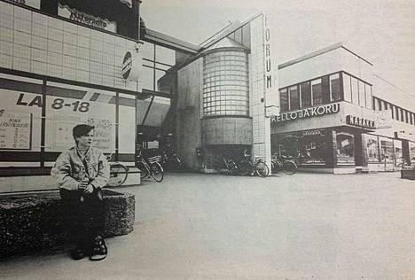 Puhdaslinjaista, mutta vaikeasti löydettävissä. Forumin yläkerran liikkeet ovat saaneet luvan mainos- ja opastekyltteihin. Kuva vuodelta 1990.